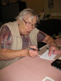 Pamětnice kreslí nákres rodného statku