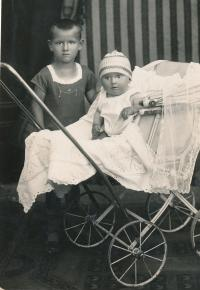 Lýdia s bratrem Emanuelem