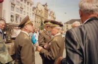 Pamětník s plk. Flakem, oslava 50. výročí invaze spojeneckých armád do Evropy, Plzeň 14. května 1994