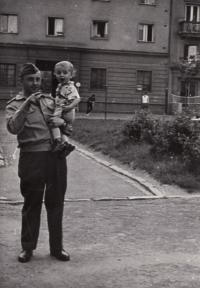 Jaroslav Piskáček se synem, Plzeň 1967