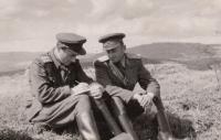 Jaroslav Piskáček s velitelem dělostřelectva, Doupov 1957