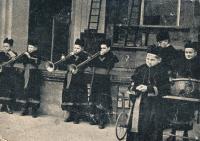 Svatá Hora, Pavel Konzal ministrant - uprostřed vpravo