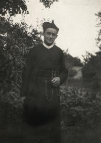 1949, Pavel - student v řeholním šatu