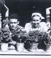 Po válce, před studiemi, s maminkou