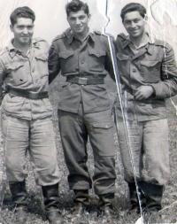 Ignác Zima (vlevo) během základní vojenské služby