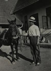 Vlastin otec s kobylou na dvoře; Úboč, před 2. světovou válkou