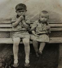Vlasta (vlevo) se sestřenicí; Úboč, 1931