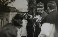Vítání arcibiskupa pražského Karla Kašpara, Vlasta přijímá požehnání; Úboč, 1938