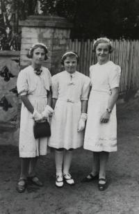 Uvítací družina arcibiskupa pražského, který přijel biřmovat, Vlasta uprostřed; Úboč, 1938