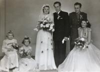 Svatba, Vlasta s manželem Karlem Hynčíkem, obřad proběhl doma v hospodě; fotografování v Domažlicích, 1949