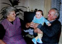 Vlasta s manželem a vnukem; Úboč, 1991