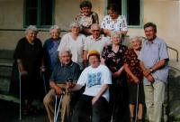 Setkání Úbočanů u příležitosti 80. narozenin Jana Mastného (uprostřed s tmavými brýlemi; ID 3250), Vlasta úplně vlevo; Úboč, na dvoře u Mastných, 2005