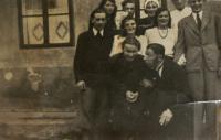 Úbočský divadelní ansámbl hrající Svobodova Posledního muže, J. Mastný (ID 3250) první vlevo, Vlasta vedle něj vpravo; Úboč, během 2. světové války