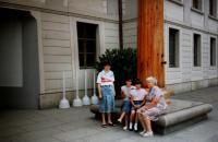 Rodinný výlet do Prahy u příležitosti oslav zvolení Václava Havla prezidentem, Vlasta (vpravo) s rodinou; Praha, 1990