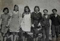 Žákyně Měšťanské školy v Kolovči; během 2. světové války
