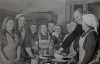 Chystání hostiny pro JZD - výroční schůze, Vlasta čtvrtá zprava; Úboč - Vlastina kuchyně, 1966