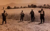 Senoseč, Vlastin muž úplně vlevo; okolí Úboče, cca 1960