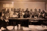 Kurz pečení medového pečiva pořádaný včelaři, Vlasta v horní řadě třetí zleva; Sokolov, 1953 nebo 1954
