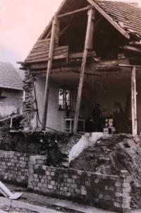 Přestavba domu, zbourali hospodu, Vlasta vaří pro zedníky; Úboč, 1982