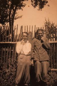 Vlevo F. K. Zeman - tajemník na ministerstvu výkupu; pouť v Kolovči, nedatováno