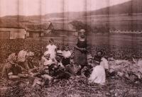 Svačina na poli, Vlasta v bílých šatičkách; okolí Úboče, 1934 nebo 1935