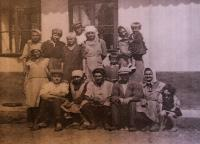 Parta pracovníků od mlátičky; Úboč č. p. 5 - hospodářství pamětnice, 1943