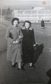 S kamarádkou před internáty ve Zlíně