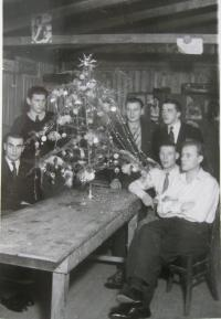 Manžel Josef Hittman v nuceném nasazení (zcela vlevo)