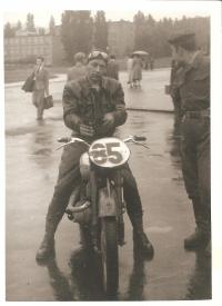 Oskar Dub při závodech na motorce 50.léta