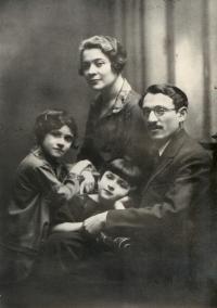 Rodina Gutinova ve 20. letech v Lodži, Alexandra je uprostřed. Fotografie je kopií jediného rodinného fota, které se neztratilo během války. Fotka byla schovaná u příbuzných v Charkově.