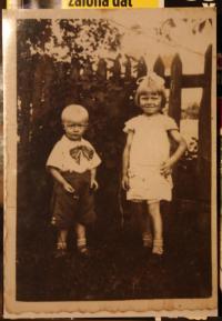 Miloslava Žáková s mladším bratrem v Kupičově