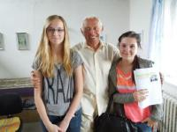 Dalibor Coufal při setkání se žákyněmi - společná fotografie