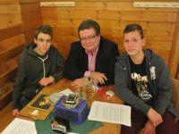 Alexandr Vondra s žáky FZŠ Drtinova během rozhovoru v restauraci Klamovka