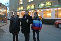Alexandr Vondra s žáky FZŠ Drtinova před restaurací Klamovka