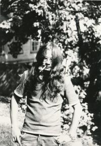 Alexandr Vondra s dlouhými vlasy