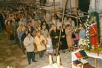 Ludmila (v první řadě čtvrtá z leva) na Loretánských slavnostech v chrámu svatého Mikuláše, Bor 1996