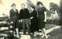 Ludmila (vlevo) se spoluvězenkyní Bětuškou a švagrovou Libuší, 1965