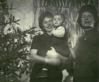 Ludmila s dcerou Věrou a švagrovou Libuší, Vánoce 1965