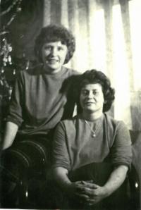 Ludmila se švagrovou Libuší, Vánoce 1965