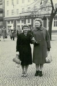 Ludmila (vpravo) se spoluvězenkyní, Praha 1960