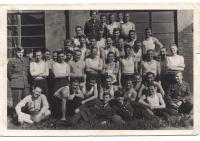 Chejstovský v Anglii 1945 - 1. řada stojících, 4. zprava