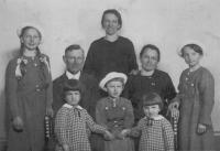 Františka Jeřábková (in the middle with a hat) with parents, sisters (also with hats), aunt and her two daughters, in 1937