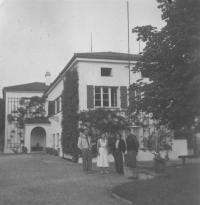 Františka Jeřábková with workmates in front of the president´s Beneš residence in Sezimovo Ústí, 1948