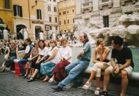 Řím, před fontánou De Trevi, kde pamětník provázel české poutníky, 1992