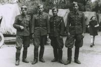 Velitelé dělostřelecké baterie 1.dělostřeleckého pluku, Michal Javorčák druhý zleva, 1945