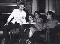 Gene ukazuje rodině svůj časopis The Hollywood Star News, 1940