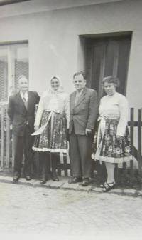 Zleva otec Josef a druhá máti Františka