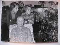 Hana, její sestra Magdalena s babičkou