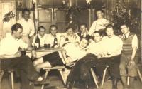 Oslava vánoc v roce 1943 mezi totálně nasazenými – Jaroslav Svoboda sedí úplně vpravo