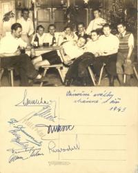 Oslava vánoc v roce 1943 mezi totálně nasazenými – Jaroslav Svoboda sedí úplně vpravo (přední i zadní strana fotografie)